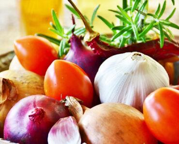 فوائد تناول الثوم والبصل خصوصا على معدة فارغة